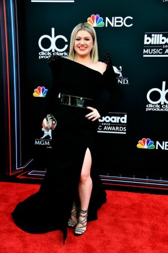 Kelly Clarkson's 2018 Billboard Music Awards Look Was Out Of This World - Literally