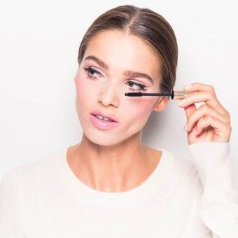 7 Mascara Tricks We Learned from the Pros for Fluffier Lashes