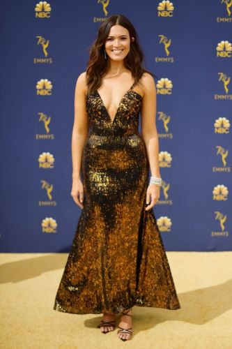 Mandy Moore's 2018 Emmy Awards Look Is So Damn Sexy, I'm Sweating