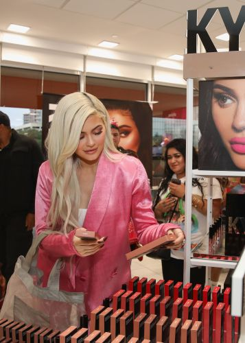 When Does Kylie Cosmetics' Setting Spray Drop? Get Ready Because It's So Soon